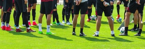 איך שחקני כדורגל שומרים על רגליים חלקות?